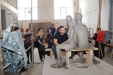 Игорь Акимов вносит правки в глиняную модель