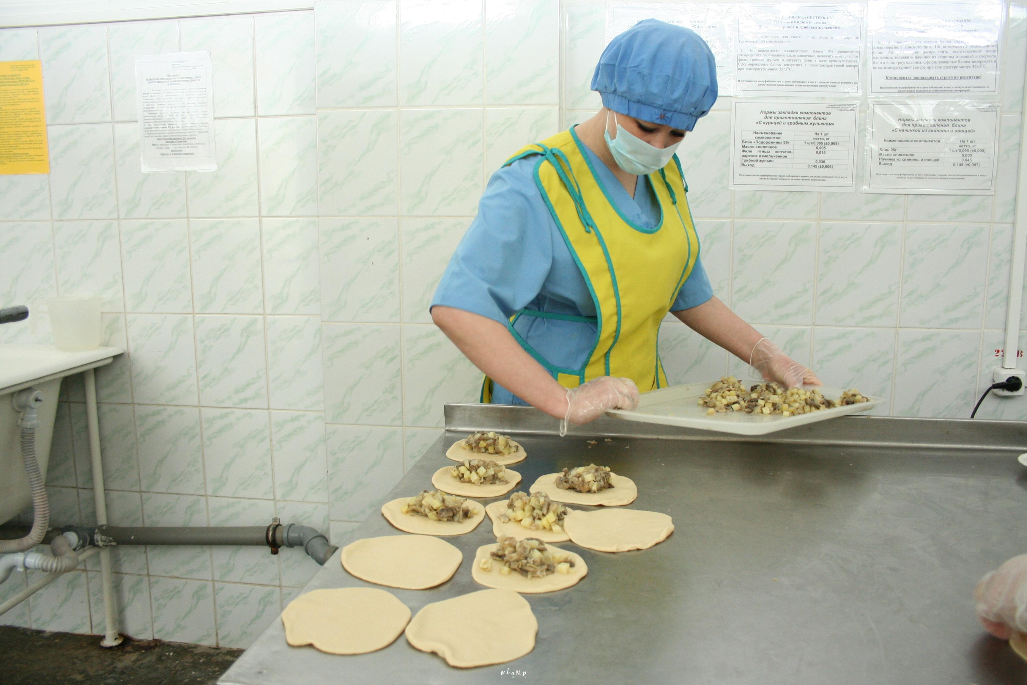 Пирожки с курицей и грибами в разобранном виде.