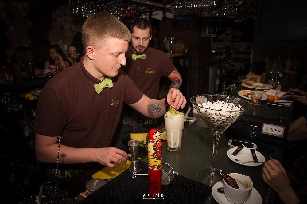 Бармены Friends дают мастер-класс по коктейлям. И посмотрели, и попробовали!