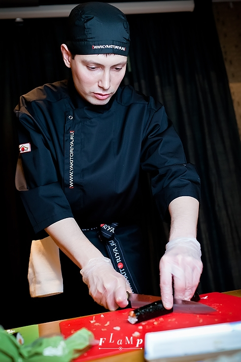 Ножи сушистов затачиваются каждое утро. Илья показывает, как безопасно нарезать роллы.