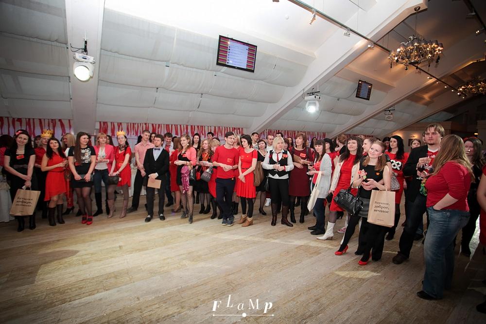 Red-party — концентрация красного в одежде зашкаливает.