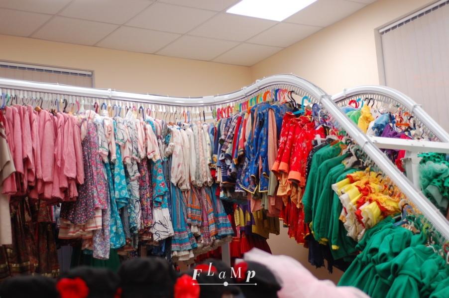 В гардеробной детского ансамбля «Улыбка»