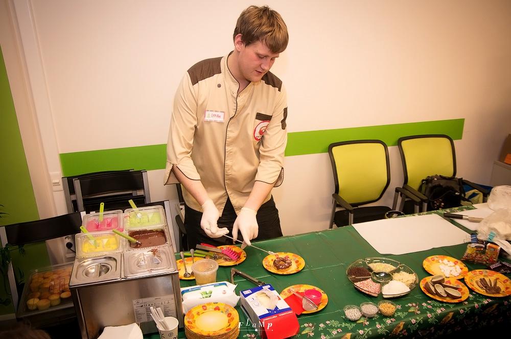 Шеф-повар кондитерской Donuts Иван колдует над пончиками.