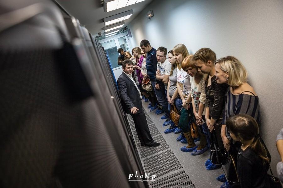 Дмитрий Медведев рассказывает, как устроен центр обработки данных. Фото: Антон Сметанин.