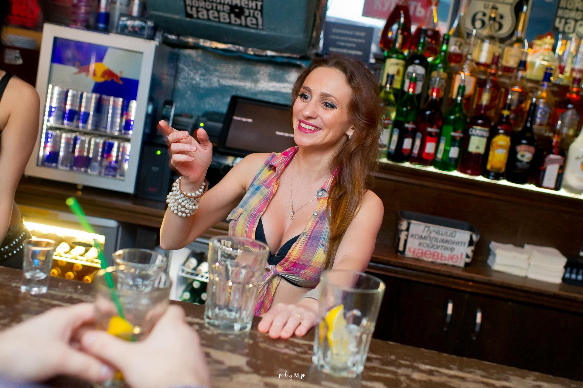 Тёлка танцует на барной стойке 15 фотография