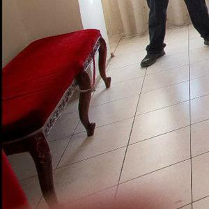 стулья и пуфики в комнате невесты