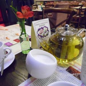Живые цветы и оформление кафе располагает