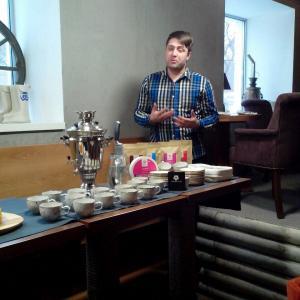 В самоваре тот самый ароматный травяной чай, а Петр рассказывает нам о том, почему он так полезен :)
