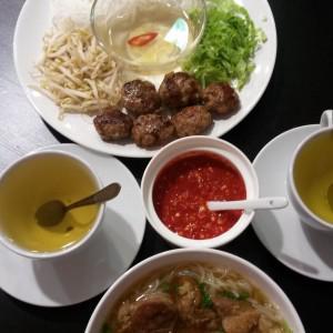 Бун ча (котлетки с лапшой вверху) и За кай (супчик со свининой)