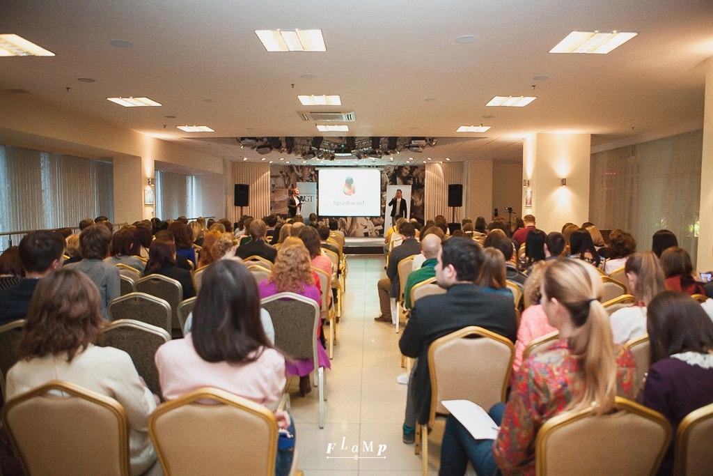 Банкетный зал конгресс-отеля «Новосибирск» с комфортом разместил 300 участников.