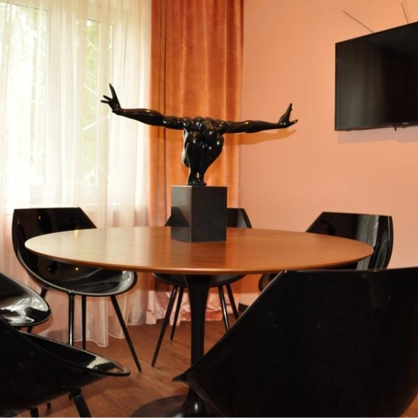 Первая переговорная комната.