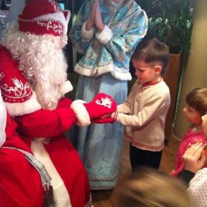 Дед Мороз вручает подарки!!!
