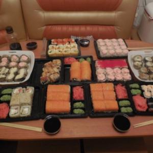 """Это наш ужин. Как Мы всегда любим заказывать у ребят """"Хочу Суши""""!!!"""
