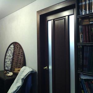 Дверь из массива в спальной комнате. Мне нравится)))