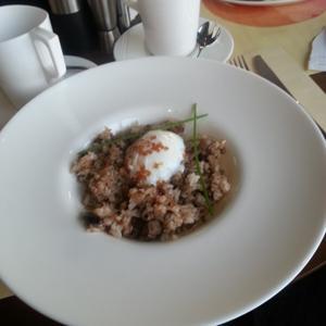 Жареный рис с телятиной и яйцом пашот