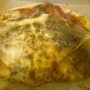 Обратная сторона пиццы Пепперони от Перцев.