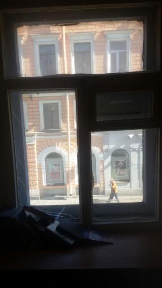 Не мытое окно разбито, рама заколочена гвоздями.