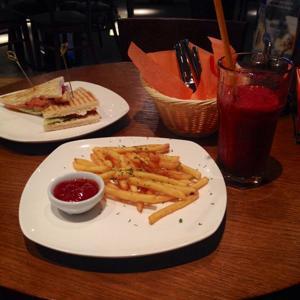 Сендвич с лососем (или семгой), смородиновый смузи, картошка фри
