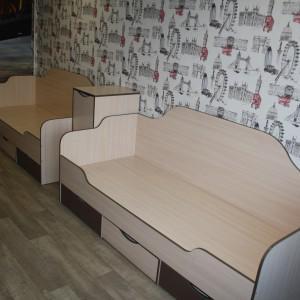 детские кровати с двоенной тумбочкой (размер матраца 2000х80), в нижней части 3 выдвижных полки.