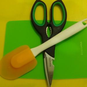 Доска, ножницы и лопатка