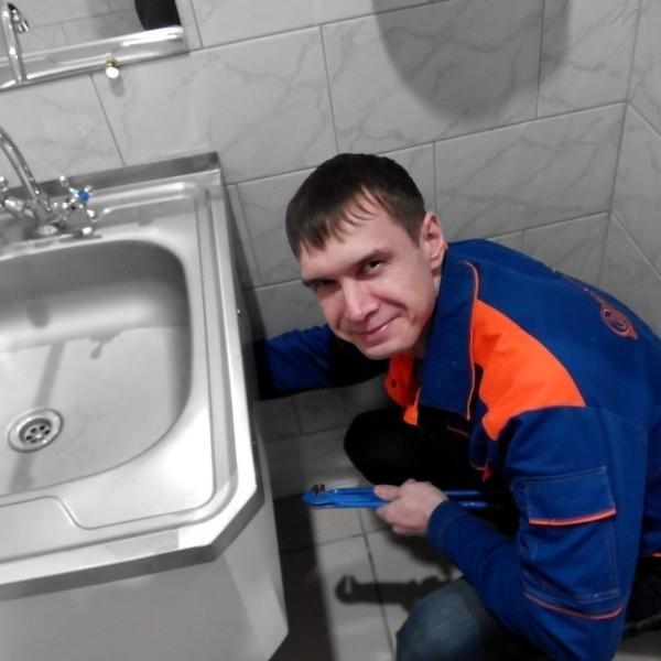 Кряж Александр - слесарь-сантехник 4 разряда, стаж работы по специальности 9 лет.