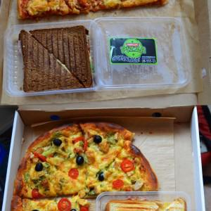 Вкусная пицца и бонусные сэндвичи :)