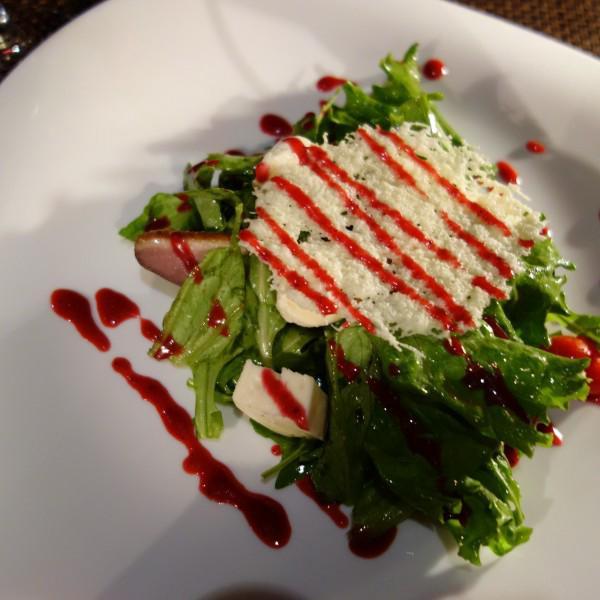 Салат с утиной грудкой и испорченной моцареллой