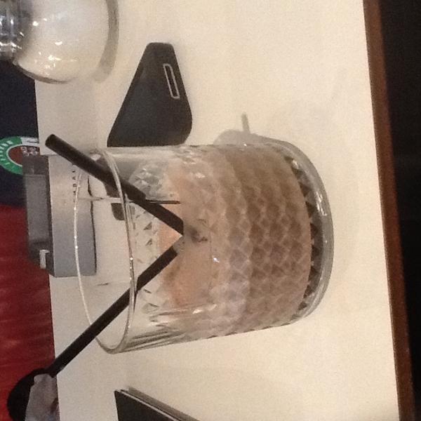 Молочный коктейль. 160р. Вкус воды. Отвратительно по всем показателям.