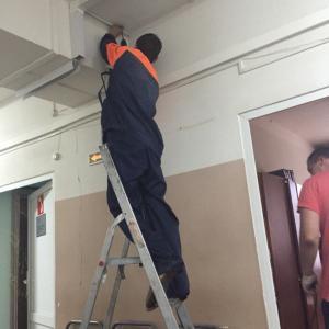 фото того, как около кабинета сверлят потолок и пыль летит на пациентов
