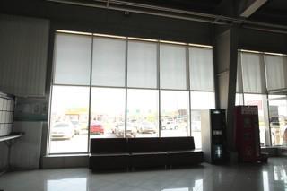 Рулонные шторы из ткани Screen, в зону ожидания клиентов.