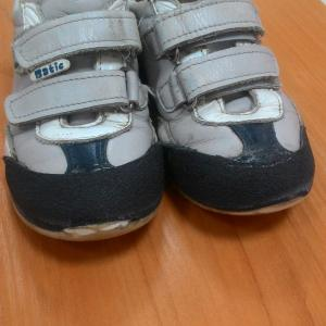 Вот наша красота... тут еще сбоку не видно, там тоже неодинаково на ботинках...