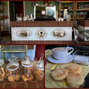 Кофе-машина, творожники и печеньки.