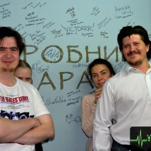 Традиционное фото на фоне стены с автографами посетителей.