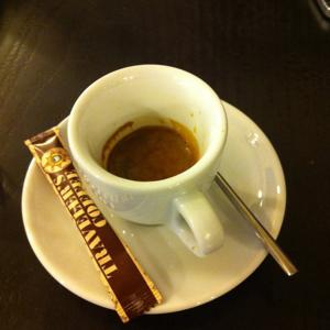 Чашка принесенного эспрессо, которая так и осталась нетронутой на столе.