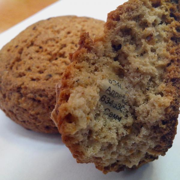 Вид печенья с бумагой внутри