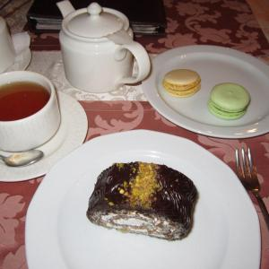 Маковый рулет, макаронсы и чай с чабрецом - приятный комплект