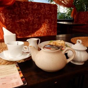 чайник с масала чаем, молочник и сахарница. и салат с блином, я вспомнила:))