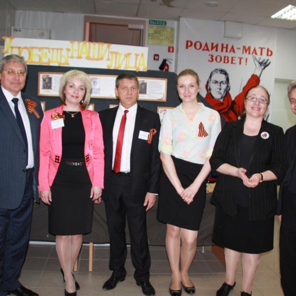 Сотрудники Управления архивами Свердловской области и гости на выставке 70-летия Победы в ГААОСО