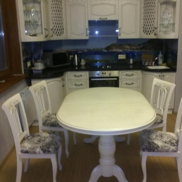 Очень красивая мебель, фасады, стулья и стол собственного производства.