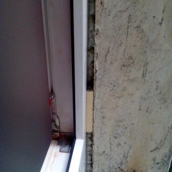 """вот так выглядит по словам мастера-откосника """"нормально окна встали, щели нет, замазывать не надо"""""""