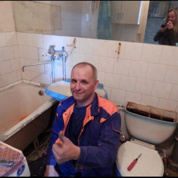 Коркин Владимир - слесарь-сантехник 4 разряда, стаж работы по специальности 10 лет.