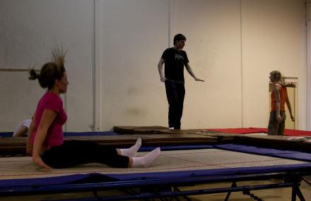 Прыгать на батутах может каждый. Ограничение по весу — до 200 килограмм. Сначала — базовые прыжки и уроки ориентации в пространстве. Новички прыгают не больше 5 минут подряд.