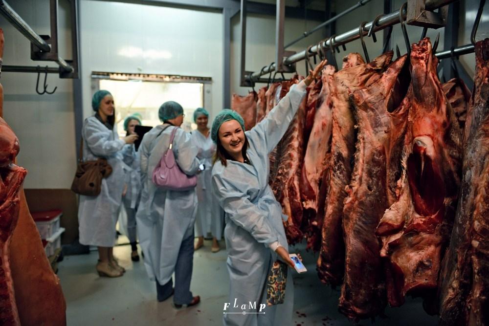 Валентина обмеряет мясные туши.