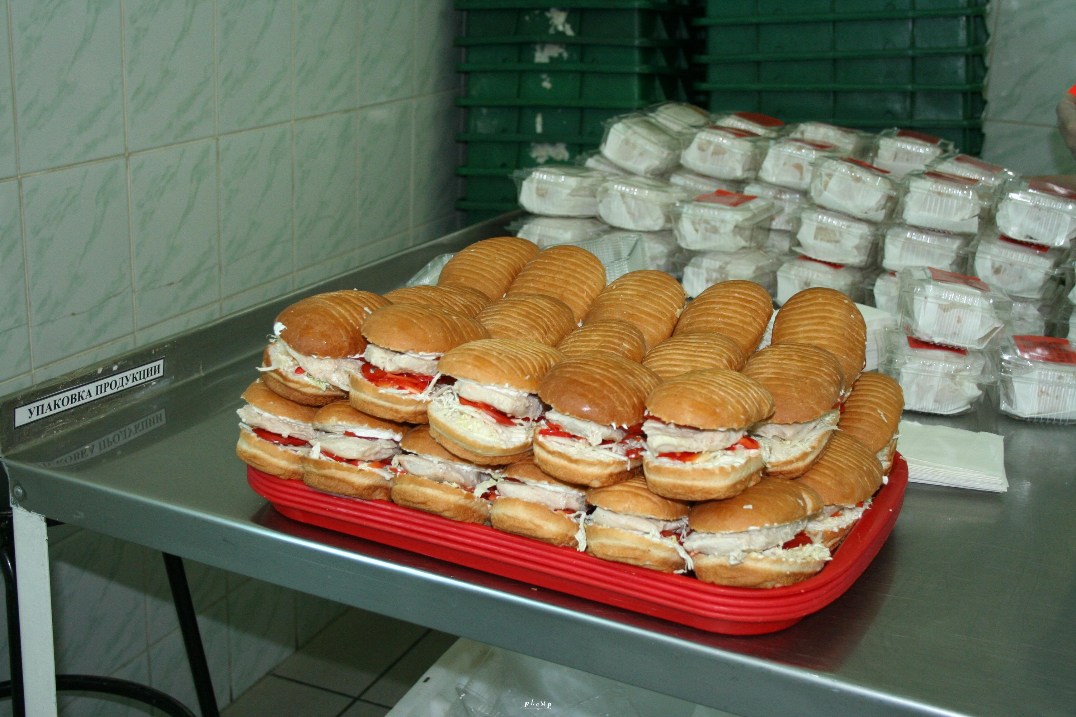 Такие бутерброды после упаковки отправляются в киоски и кафе «Подорожник».