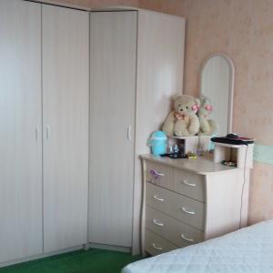 Слева направо: шкаф распашной, шкаф угловой (800*800), комод с надстройкой.