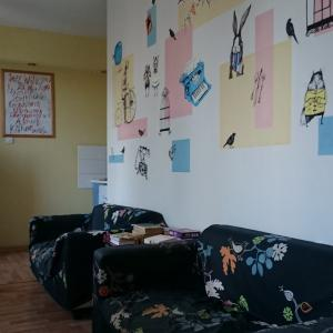 Приятный интерьер гостиной в хостеле Titmouse House.