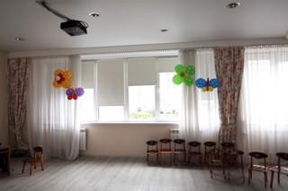 Рулонные шторы системы Mini на из ткани со 100% затемнением, в музыкальный зал детского сада.