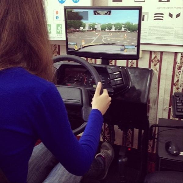 На фото тренажер. Его особенность в несоответствии усилия на руль повороту. Нелинейно даже.