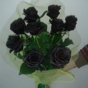 Розы окрашены довольно качественно, немного смутил запах краски. Букет простоял довольно долго.