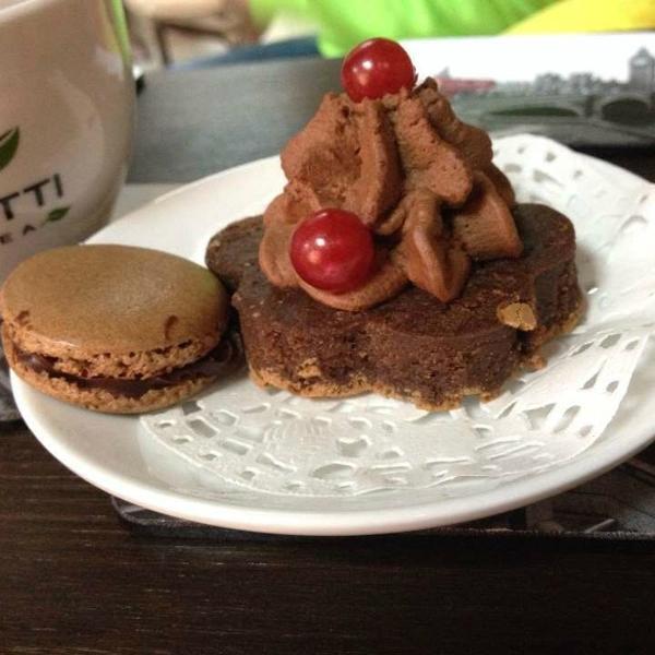 Чашечка ароматного зеленого чая; неповторимый, тающий во рту  макарунс и шоколадный бисквит:)